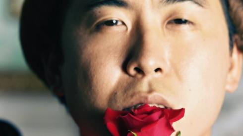 無言でバラと戯れる斎藤さん
