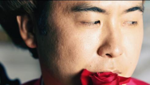 流し目でバラと戯れる斎藤さん