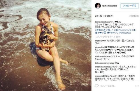 愛犬を抱いて海に入る華原朋美