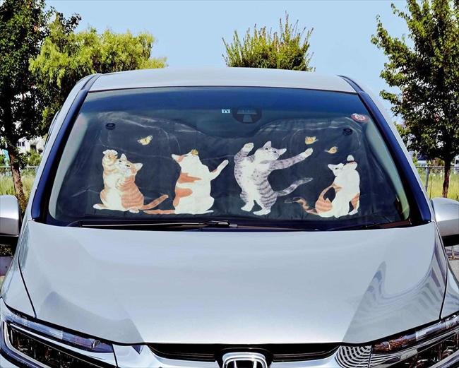 フロントガラスでネコがちょうちょとたわむれる! 愛車の目印になるカワイイ日よけ「ニャンシェード」登場 ねとらぼ