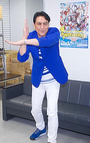 ウルトラマンを演じた古谷敏さん。スペシウム光線のポーズは当時のまま