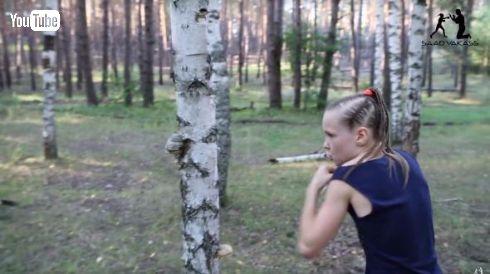 ボクサー少女 木 ぼろぼろ パンチ 速い
