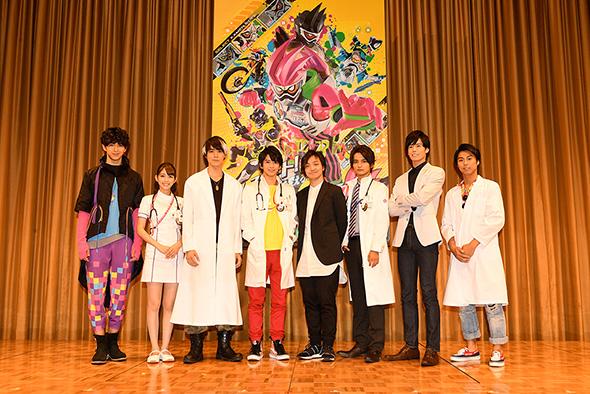 「仮面ライダーエグゼイド」主役に飯島寛騎さん(中央左)