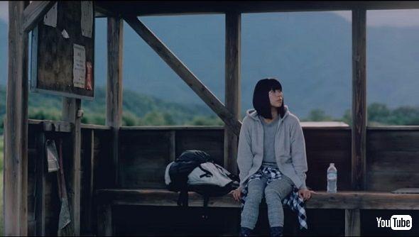大自然の中のバス停にいる宇多田ヒカルさん