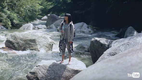 清流が織りなす渓谷に佇む宇多田ヒカルさん