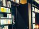 普通の本棚と思いきや……えええええ!? 珈琲店のスパイみたいな内装にコーヒー吹きそう