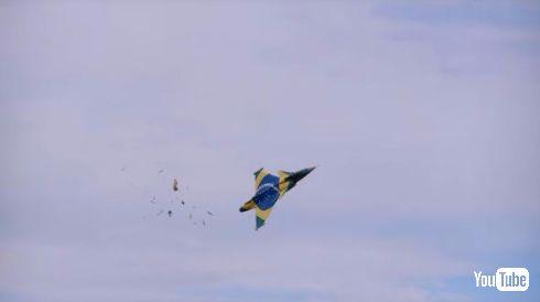 ラジコン 飛行機 バラバラ 巨大
