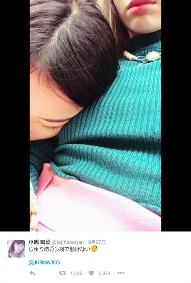 小嶋陽菜さんの胸で眠る松井珠理奈さん