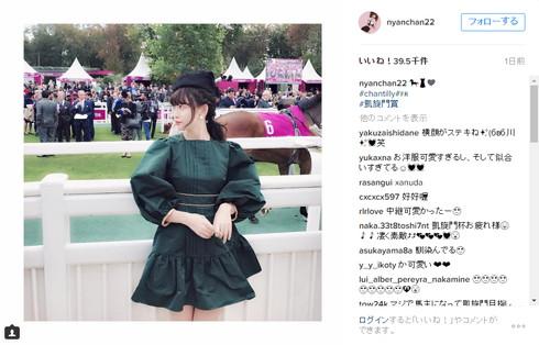 2016年の凱旋門賞を訪れた小嶋陽菜さん