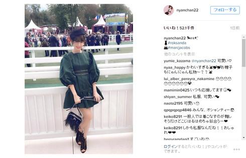 凱旋門賞の小嶋陽菜さん、こちらを向いてニコリ