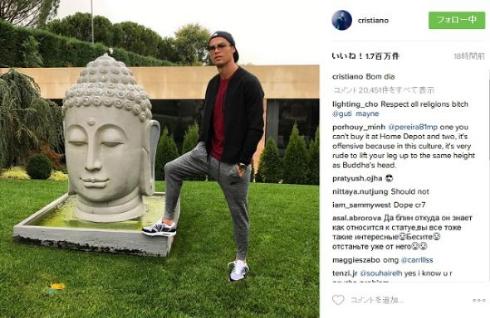 仏像に足を乗せるクリスティアーノ・ロナウド