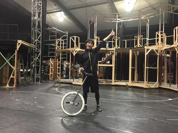 「ミュージカル『黒執事』〜NOAH'S ARK CIRCUS〜」で世界1位の一輪車技を披露する三津谷亮さん