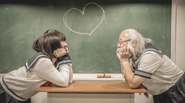 黒板にハートが描かれ、見つめ合う笑顔の2人……百合世界だな、とても濃厚な(色んな意味で)。