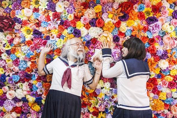 カラフルな花に囲まれる2人は、まるでAKBのヘビーローテーションのPVにも出てきそう
