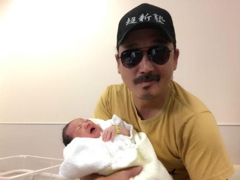 わが子を抱くタイガー福田さん
