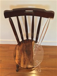 古い椅子をスケスケ素材で修復したアートがふしぎ空間