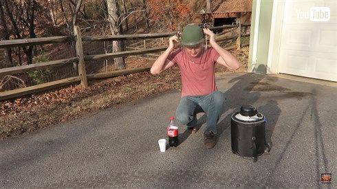 良い子も悪い大人もまねしちゃダメ コーラのボトルに液体窒素を入れたらどうなるか