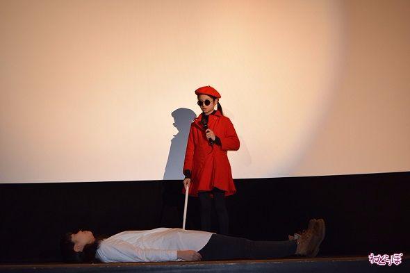 白石監督に演出をつけられ、白杖で歩いて近寄って「この人無駄死にだね」とと大人びた珠緒を披露する菊池麻衣さん