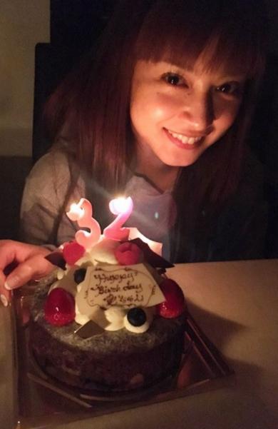 平愛梨さん、ケーキを前に