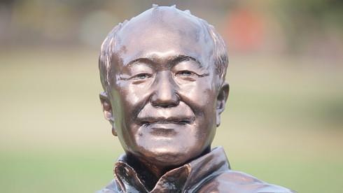 温水さんを忠実に再現した銅像です