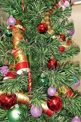 クリスマスツリーの装飾……と思いきや毒ヘビ!
