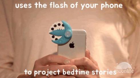 スマートフォンのライトを使用して投写