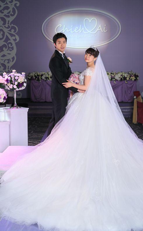 披露宴では白いウエディングドレスに. 福原愛