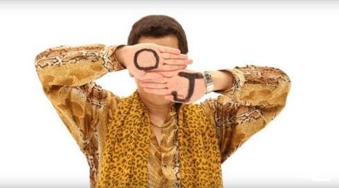 ピコ太郎「I LIKE OJ」手にOJの字