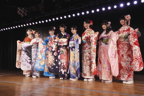 AKB4で2017年成人を迎えた岡部麟さん、佐藤朱さん、田北香世子さん、田野優花さん、福地礼奈さん、藤田奈那さん、馬嘉伶さん、茂木忍さん
