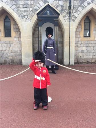 誕生日に衛兵コスチュームでウィンザー城を訪れた男の子