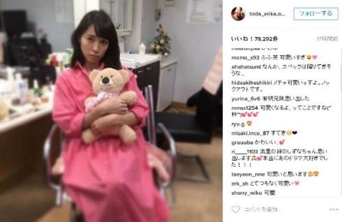 ピンク色のワンピースを着た戸田恵梨香