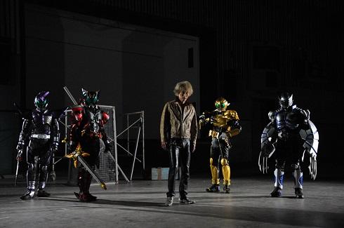仮面ライダーサソード、仮面ライダーダークキバ、仮面ライダービースト、仮面ライダータイガら歴代の野獣系ライダーたちを率いる浅倉威