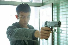 映画「ダブルミンツ」拳銃をかまえる光央