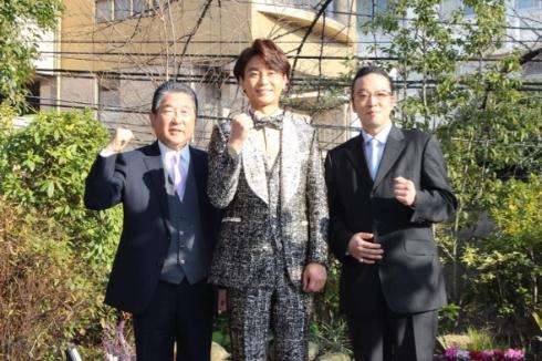 コンサート開催で心境を語る氷川きよしさん(中央)と司会を担当する徳光和夫さん(左)、美空ひばりさんの長男・加藤和也さん