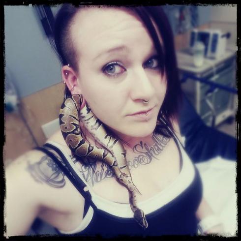ヘビが耳に挟まった女性