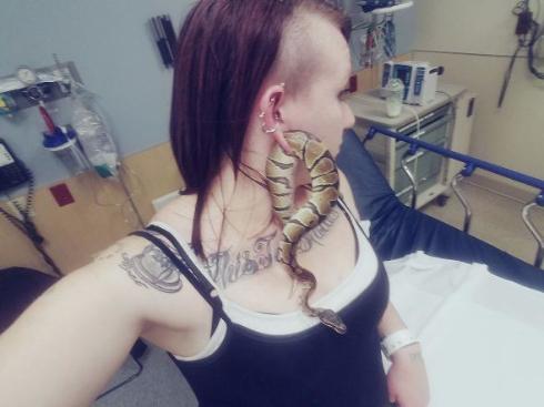 ヘビがファッションの一部に
