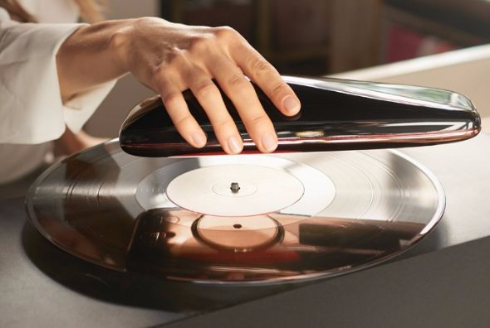 レコード盤の上を回るプレイヤー「LOVE」