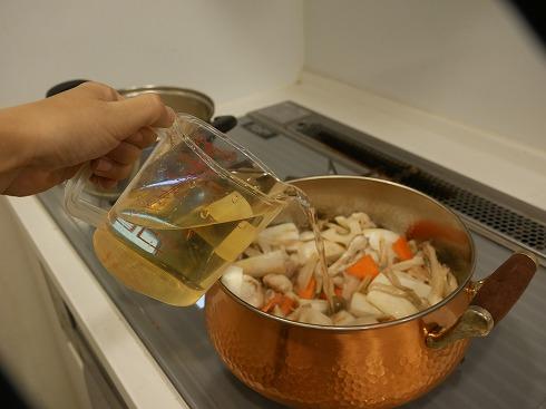 だしを鍋にいれるところ