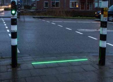 スマホ ゾンビ 歩道 信号 LED 埋め込み