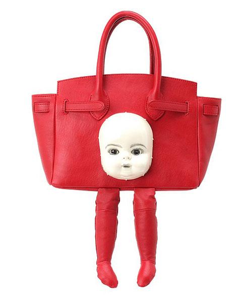 顔がバッグについている(赤)