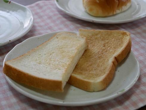 塗って焼いた食パンが右