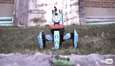 """""""多脚機関車トーマス""""ラジコンを自作した海外ユーチューバーが登場 「純粋に火炎放射とカオスを生み出すことに特化させた」"""