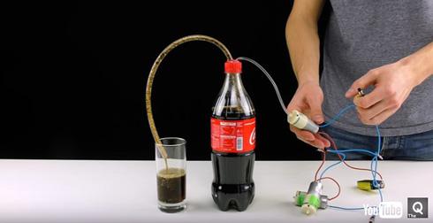 コーラが注がれる仕組み