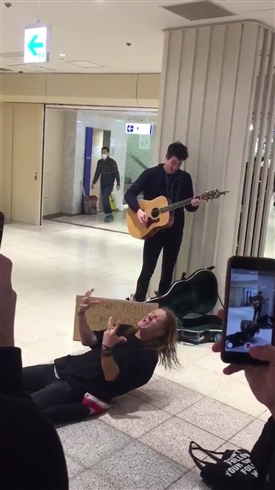 人気歌手ショーン・メンデスの「モノマネ」が新宿で路上ライブ……ってあれ!? 本人だこれ!