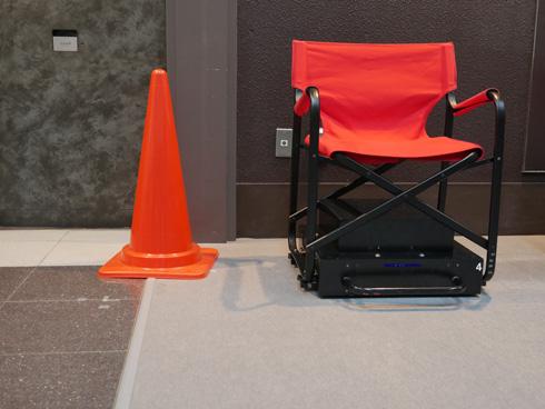 赤いコーンに近づく椅子