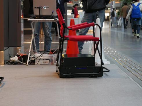 左の赤いコーンに向かって動く椅子