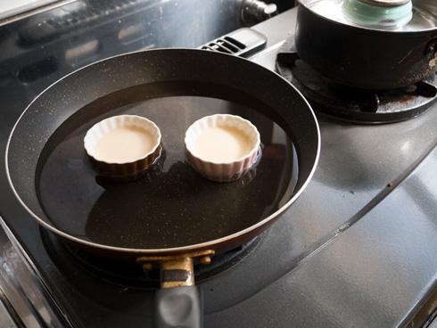 汚れた台所で湯せん焼きをする様子