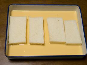 卵液にパンを浸したところ
