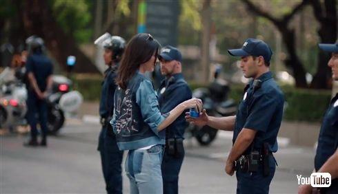 米ペプシ「まと外れでした」デモを連想させる広告について謝罪 公式Twitterには「コカ・コーラ飲むわ」などクソリプも押し寄せる