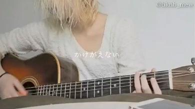 「ぼくのフレンド」を弾き語るみゆはんさん